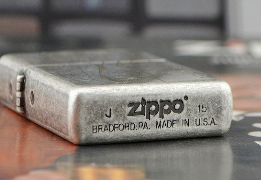 Bật lửa Zippo bạc cổ phiên bản Bad Girl