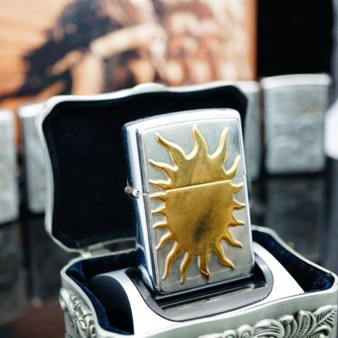 Zippo La Mã bạc bóng ốp hình Mặt Trời sản xuất 1996
